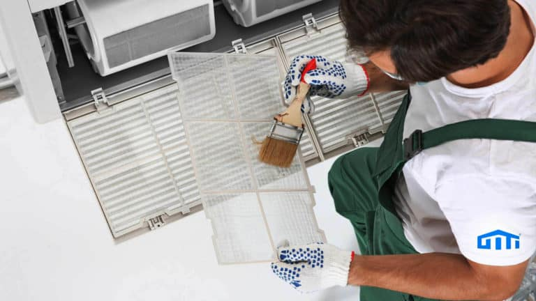 GITI Mitarbeiter reinigt gebäudebelüftung